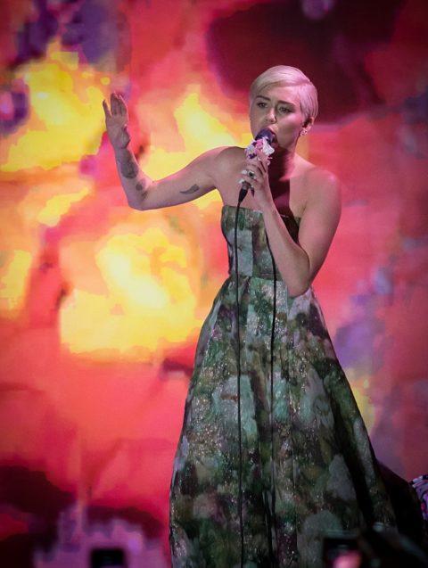 miley cyrus world music awards 2014